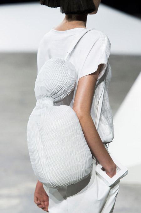 Сумка рюкзак оригинальной формы от Issey Miyake - модные сумки весна-лето 2017