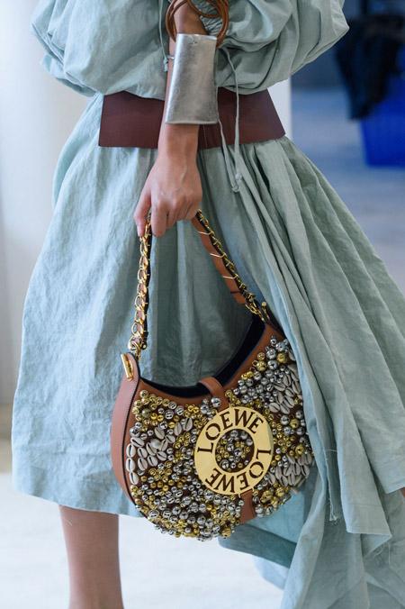 Сумка седло украшенная жемчужинами от Loewe - модные сумки весна-лето 2017