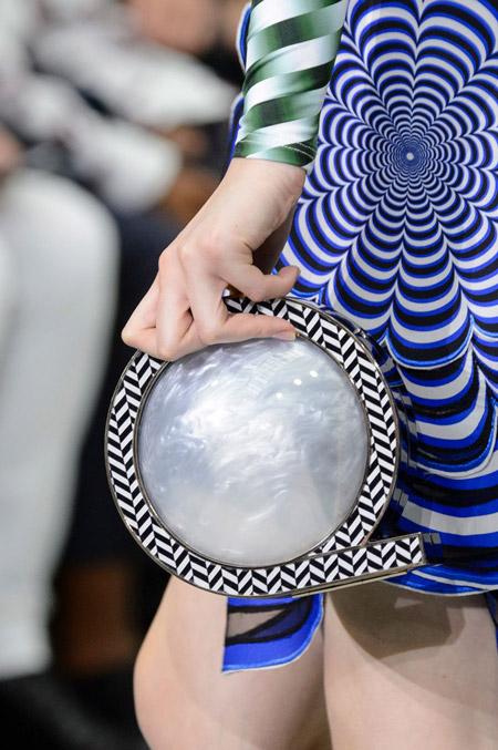Сумка жемчужина с ободком от Mary Katrantzou - модные сумки весна-лето 2017