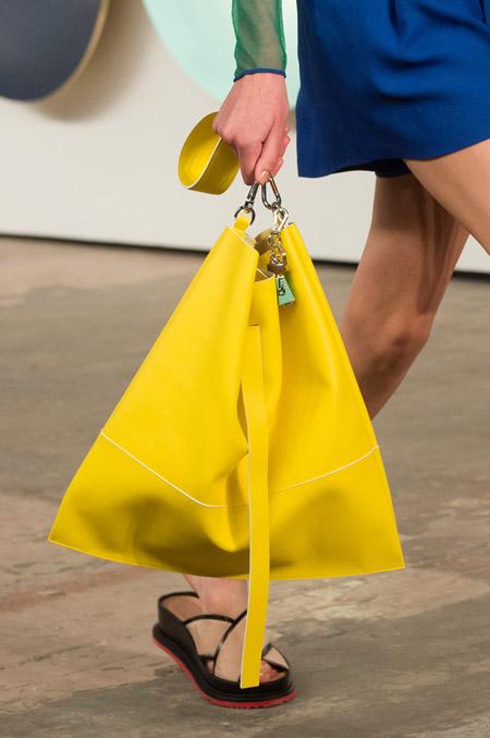 Ярко-желтая сумка пакет от HUGO BOSS - модные сумки весна-лето 2017