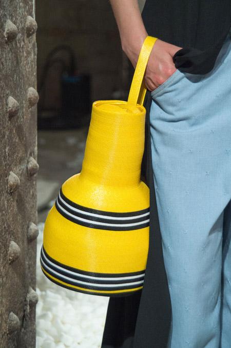 Желтая сумка кувшин Rosie Assoulin - модные сумки весна-лето 2017