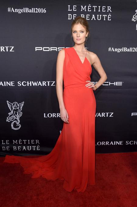 Констанс Яблонски в ассиметричном красном платье от Wes Gordon, Нью-Йорк 2016