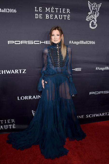 Danielle Bernstein в синем платье от Roberto Cavalli, Нью-Йорк 2016