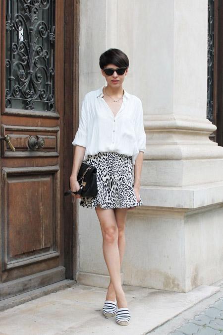 Девушка в белой блузке и эспадрильях