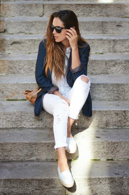 Девушка в белых брюках и эспадрильях