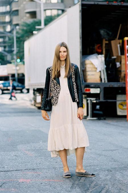 Девушка в бежевом платье, косухе и эспадрильях