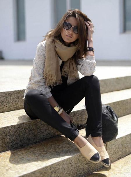 Девушка в сером свитер, джинсах и эспадрильях
