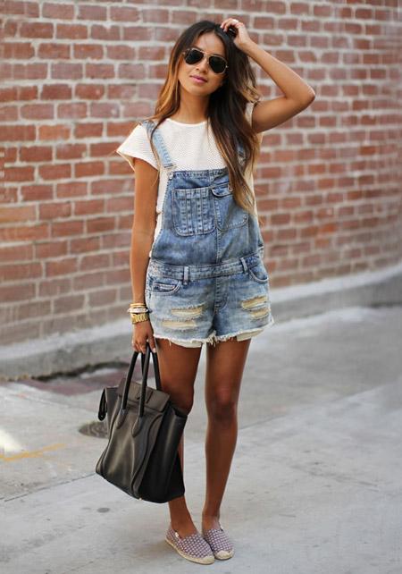 Девушка в джинсовом комбинезоне и эспадрильях
