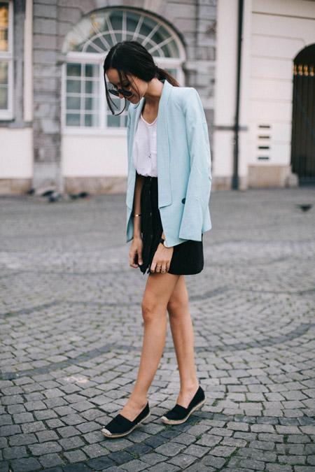 Девушка в голубом жакете и черных эспадрильях