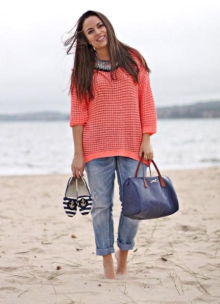 Девушка в коралловом джемпере, джинсах и эспадрильях