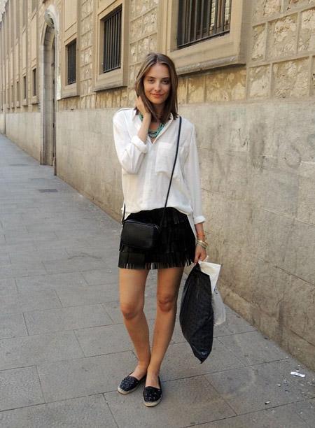 Девушка в белой блузке, черной юбке и эспадрильях