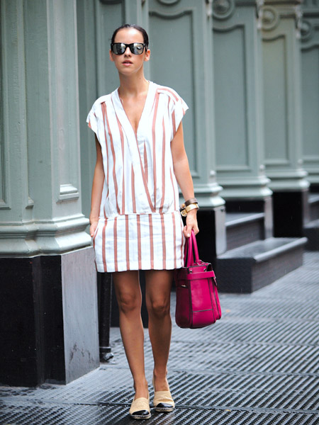 Девушка в полосатом платье и эспадрильях