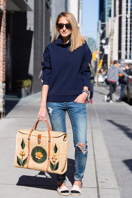 Девушка в синем джемпере, джинсах и эспадрильях