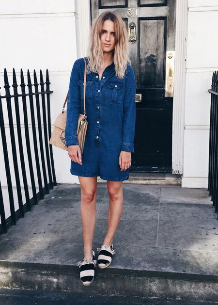 Девушка в джинсовом платье и эспадрильях
