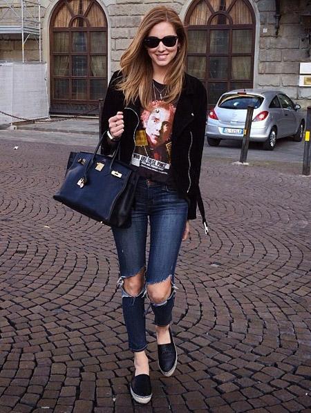 Девушка в рваных джинсах и эспадрильях