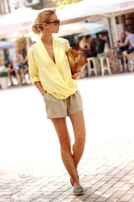 Девушка в желтой блузке и эспадрильях
