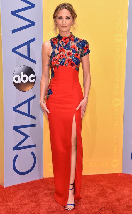 Дженнифер Неттлз в красном платье