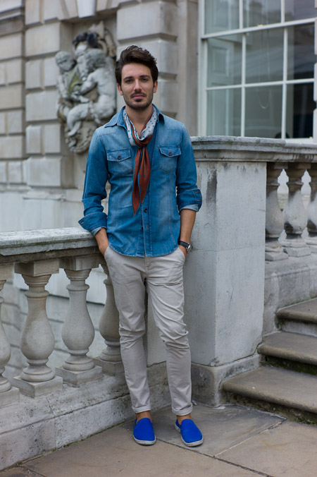 Парень в джинсовой рубашке и ярко синих эспадрильях