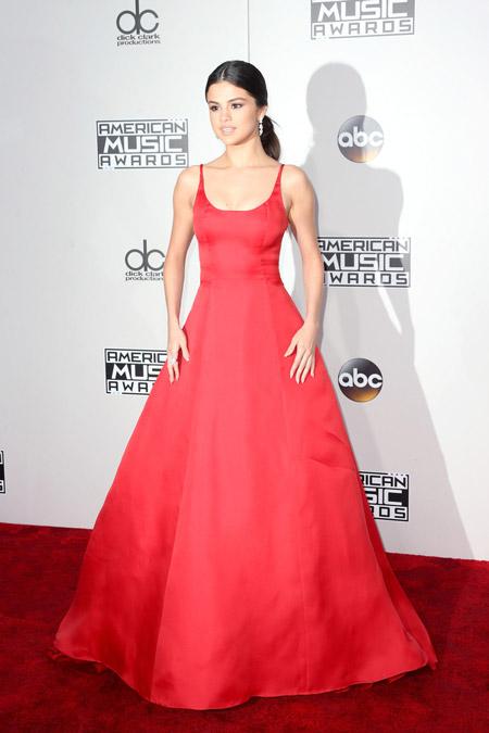 Селена Гомес в красном платье от Prada, Лос-Анджелес 2016