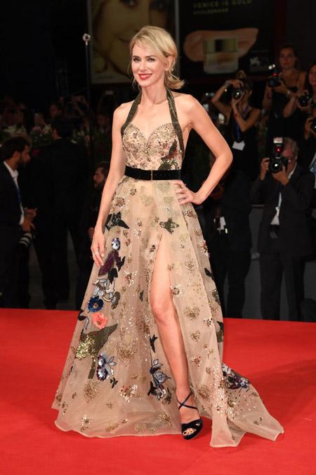 Наоми Уоттс в бежевом платье от Эли Сааб на Венецианском кинофестивале 2016