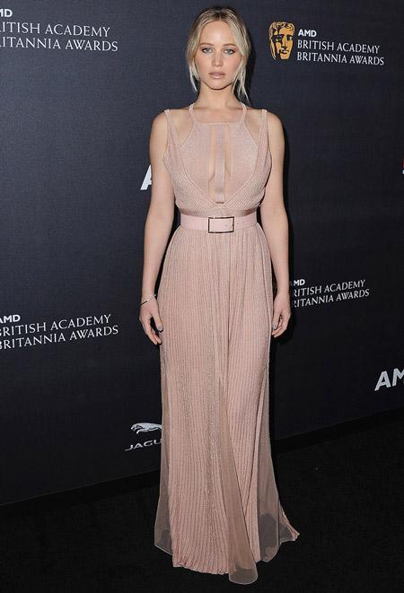 Дженнифер Лоуренс в нежно-розовом платье