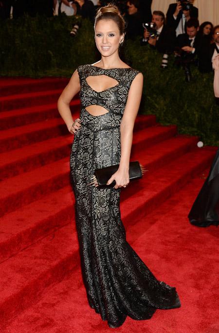 Джессика Альба в платье с узорами от Tory Burch