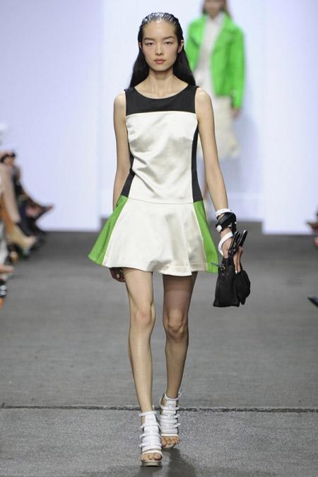 Девушка в белом платье спортивного цвета с широкой юбкой