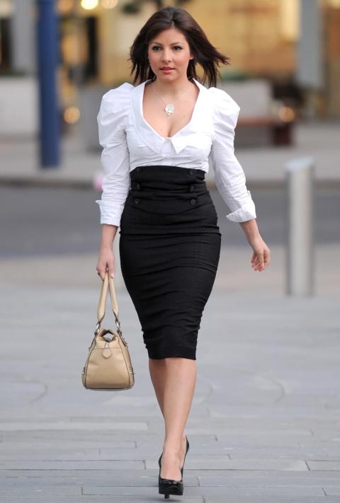 Девушка в белой блузке и черной юбке карандаш