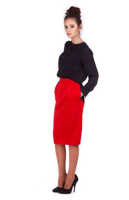 Девушка в черной блузке и красной юбке карандаш