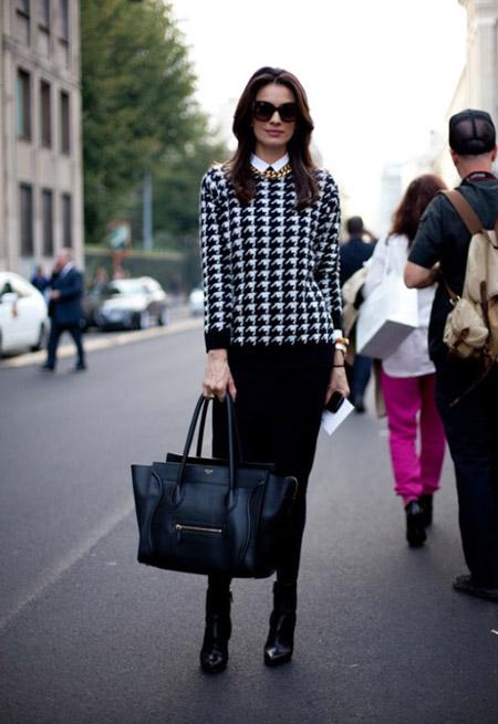 Девушка в черной юбке и блузке