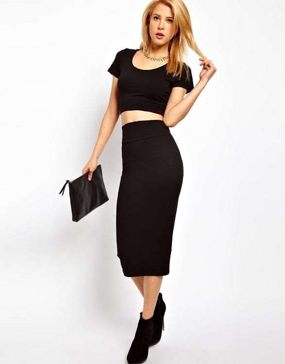 Девушка в черной юбке и кроп-топе