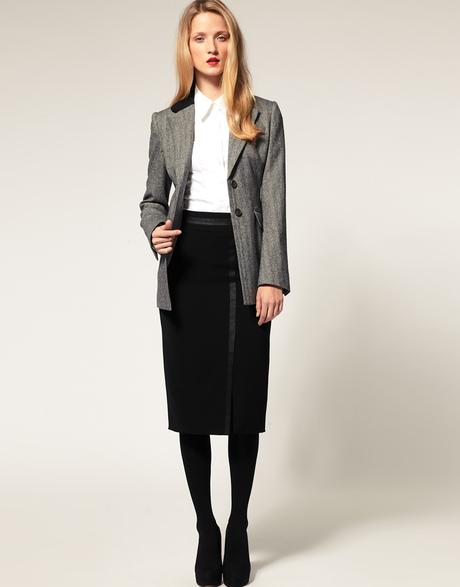 Девушка в черной юбке и сером пиджаке