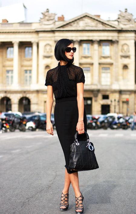 Девушка в черной юбке карандаш и черной блузке