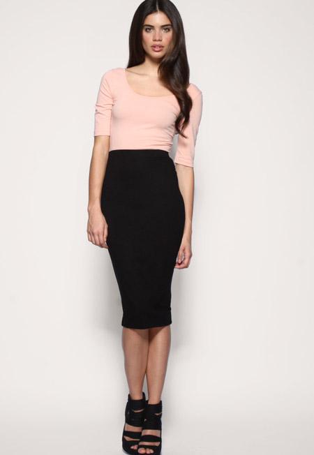 Девушка в черной юбке карандаш и кремовой кофте