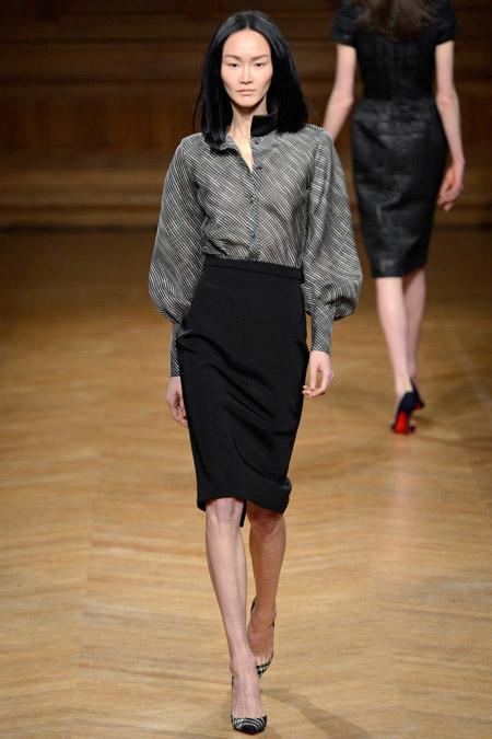 Девушка в черной юбке карандаш и серой блузке