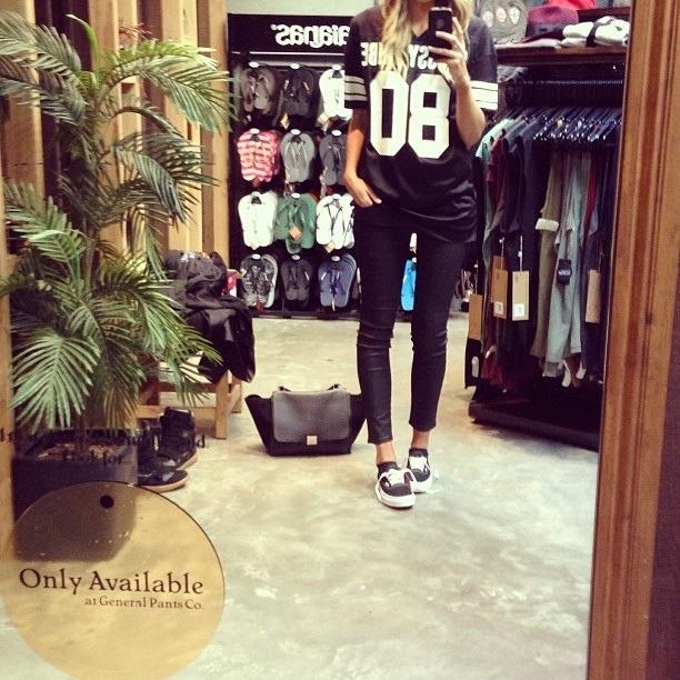 Девушка в джинсах, кедах и спортивной футболке с номером