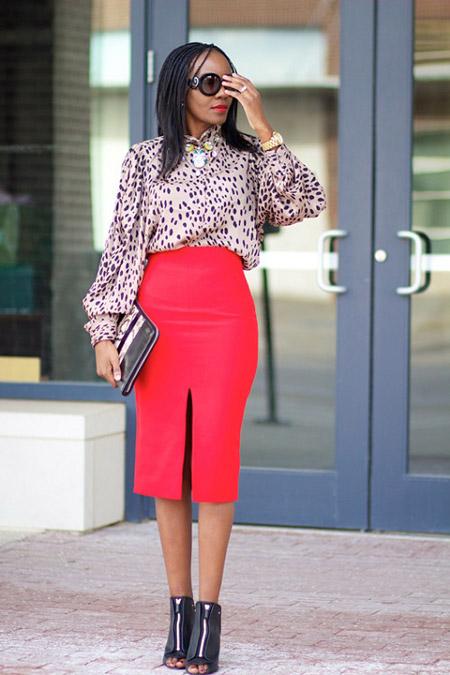 Девушка в красной юбке и блузке с принтом