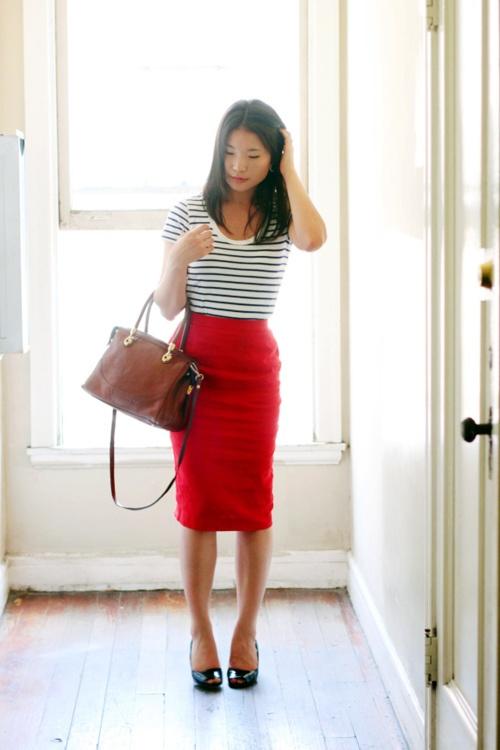 Девушка в красной юбке и полосатом топе