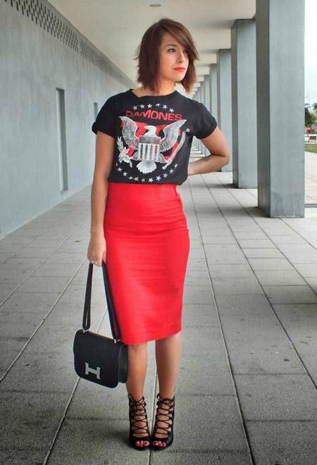 Девушка в красной юбке и топе с принтом