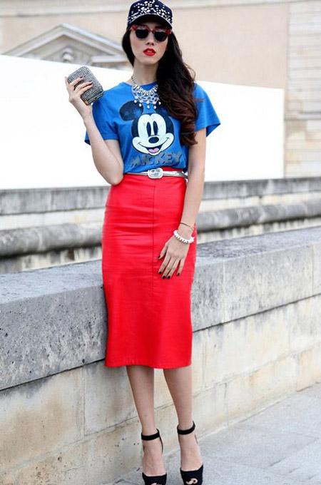 Девушка в красной юбке и яркой футболке