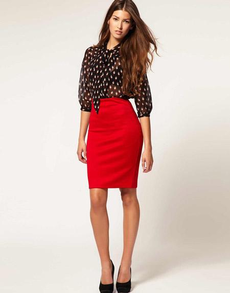 Девушка в красной юбке карандаш и блузке в горох