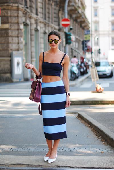 Девушка в кроп-топе и юбке в синюю полоску