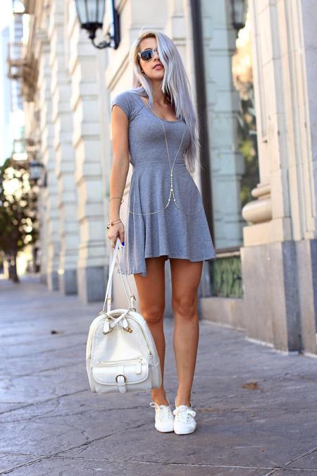 Девушка в сером, спортивном платье и белых кроссовках