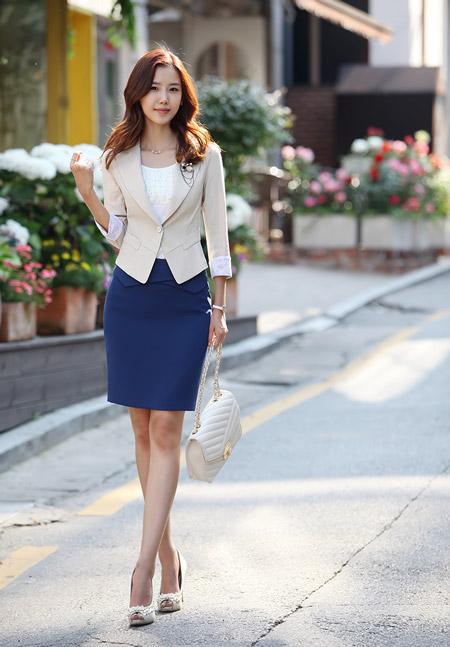 Девушка в синей юбке и бежевом жакете