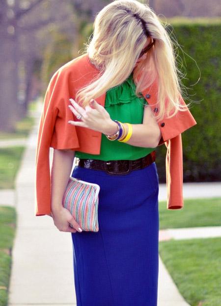 Девушка в синей юбке и зеленой блузке