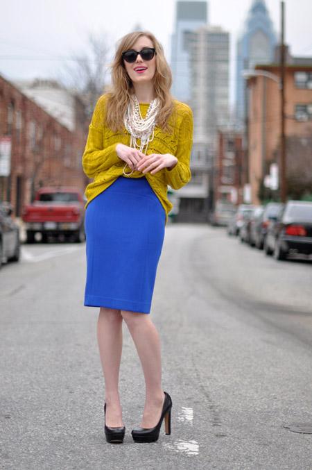 Девушка в синей юбке и желтом джемпере