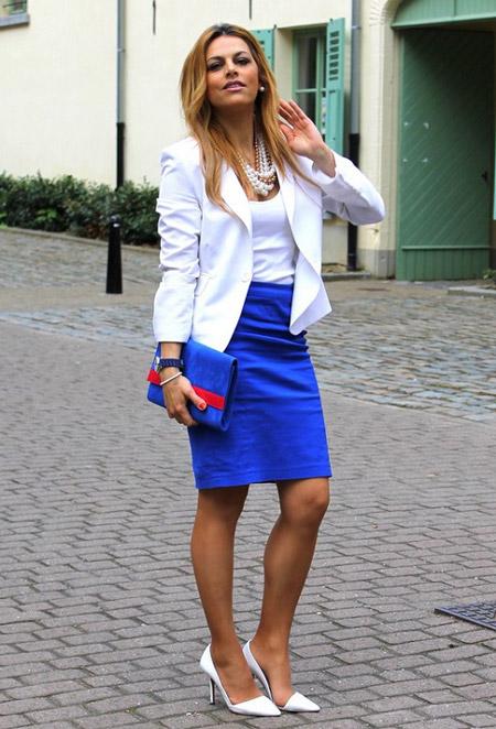 Девушка в синей юбке карандаш и белом жакете