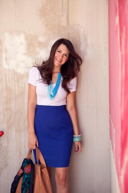 Девушка в синей юбке карандаш и белой футболке