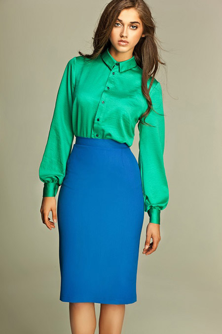 Девушка в синей юбке карандаш и изумрудной блузке