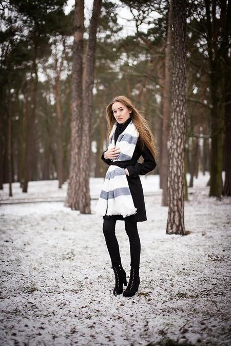 devushka-v-temnom-palto-i-svetlom-palantine